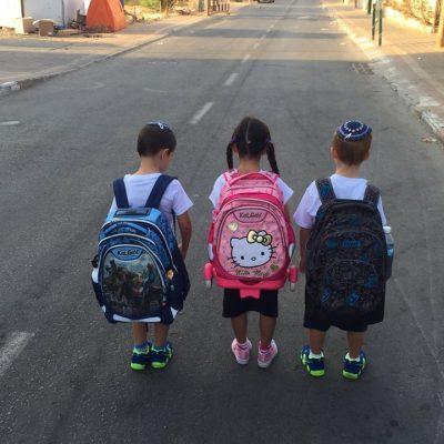 ילדי אמונה צבע בדרך לבית ספר